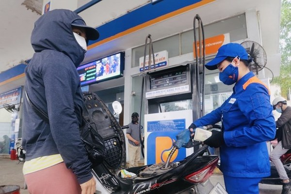 Petrol prices see sharp fall of up to 4,252 VND per litre