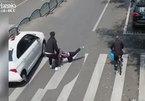 Bố cứu con trai thoát chết trước đầu ô tô