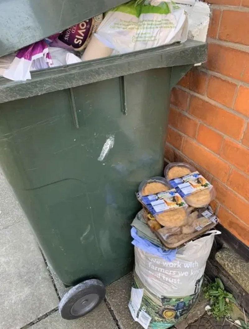 Hình ảnh thùng rác ở Anh ngập hàng hết đát sau cơn bão tích trữ vì Covid-19
