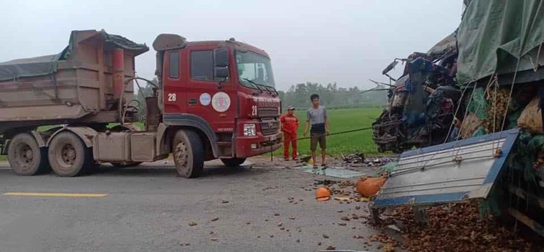 Xe tải đâm nhau trực diện, 2 người tử vong trong cabin bẹp dúm