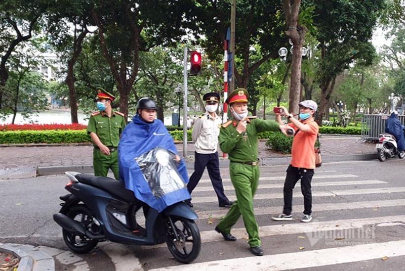 Từ hôm nay Hà Nội phạt người ra đường khi không cần thiết