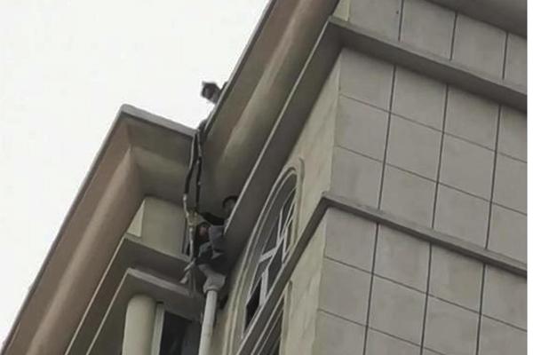 Thót tim cứu 3 em bé ngồi vắt vẻo phía ngoài cửa sổ tầng 33