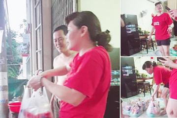 Chủ trọ Bình Dương đi từng phòng tặng quà, giảm tiền thuê cho công nhân