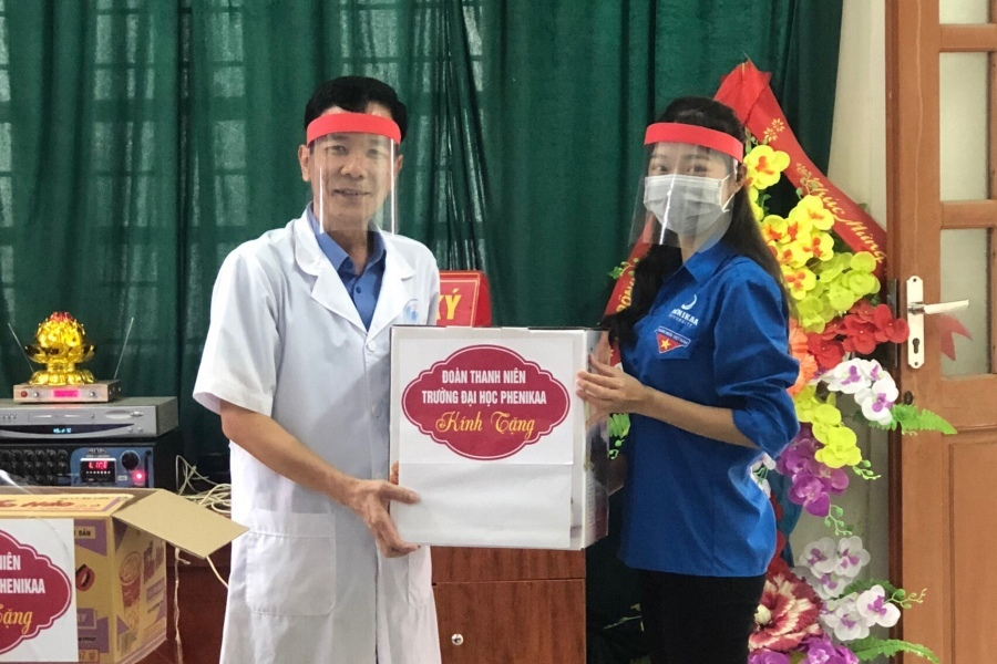 Sinh viên làm mũ chắn giọt bắn tặng cho các bác sĩ chống Covid-19