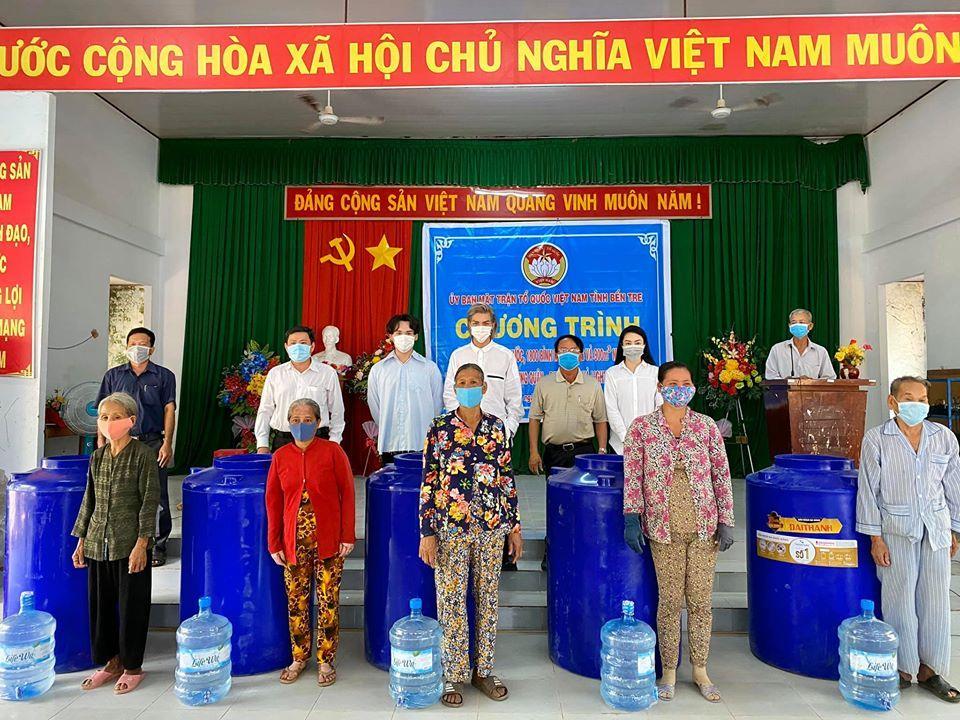 Trung Quân, Denis Đặng trao hơn 400 triệu chống hạn mặn miền Tây