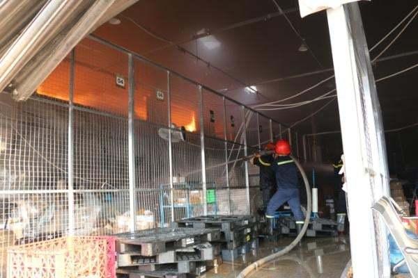 Cháy nhà xưởng gần sân bay Tân Sơn Nhất