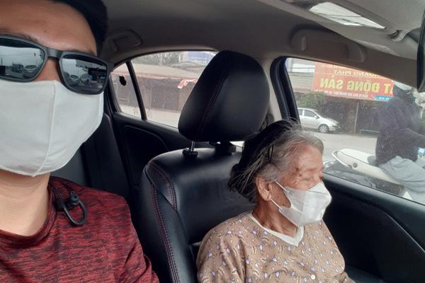 Thượng úy công an đưa cụ bà gần 90 tuổi chờ xe buýt về nhà