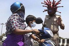 Cảnh sát Ấn Độ đội mũ corona, dân sợ hãi lũ lượt dắt bò về quê