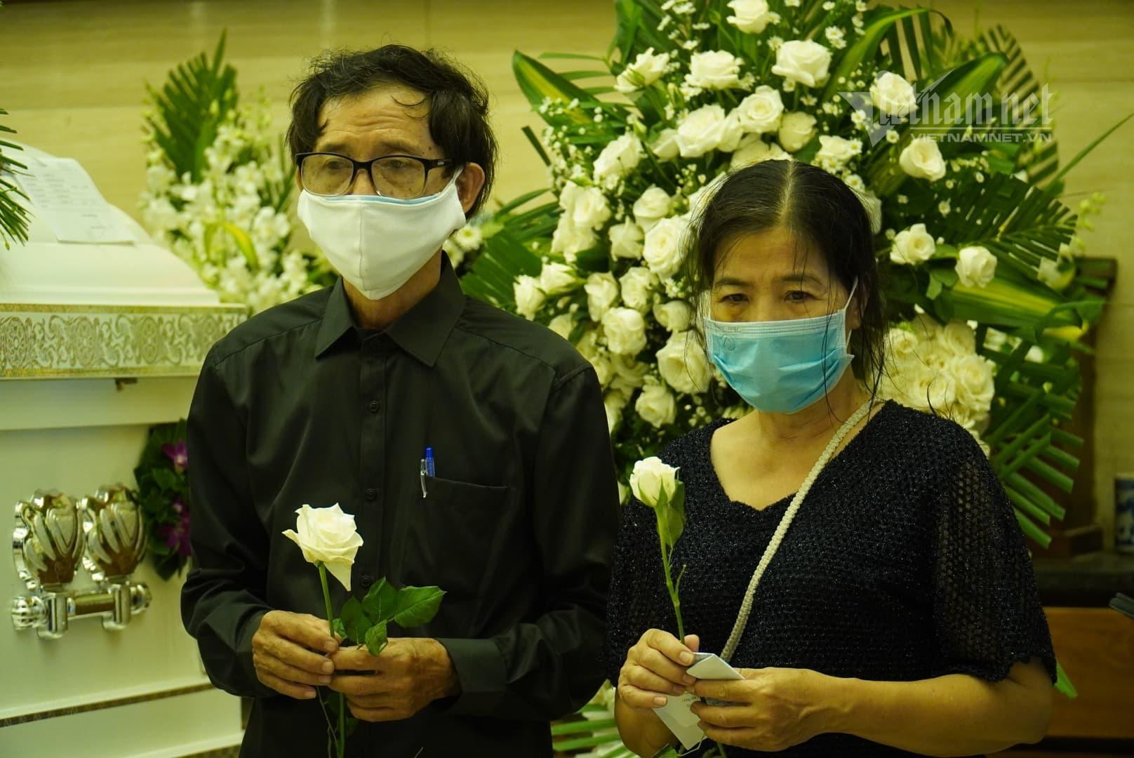 Ốc Thanh Vân khóc nghẹn khi Mai Phương được đưa vào hỏa táng