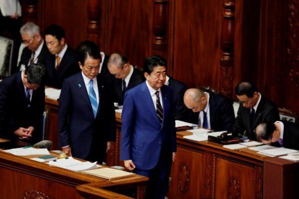 Nhật cấm nhập cảnh, Thủ tướng tránh họp cùng cấp phó để chống Covid-19