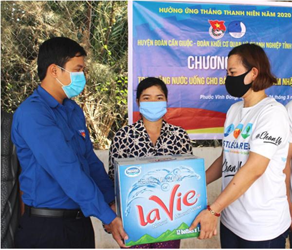 Hỗ trợ nước khoáng La Vie đến người dân vùng hạn mặn