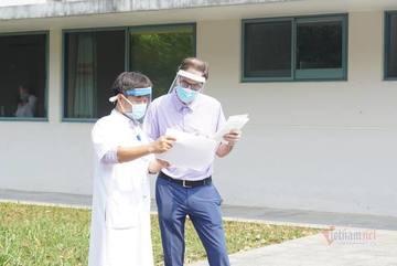 Bệnh nhân 49 ra viện, chờ vợ khỏi bệnh cùng trở về nước