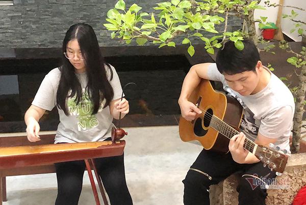 Con gái út 14 tuổi của Trọng Tấn xinh xắn, đánh đàn giỏi