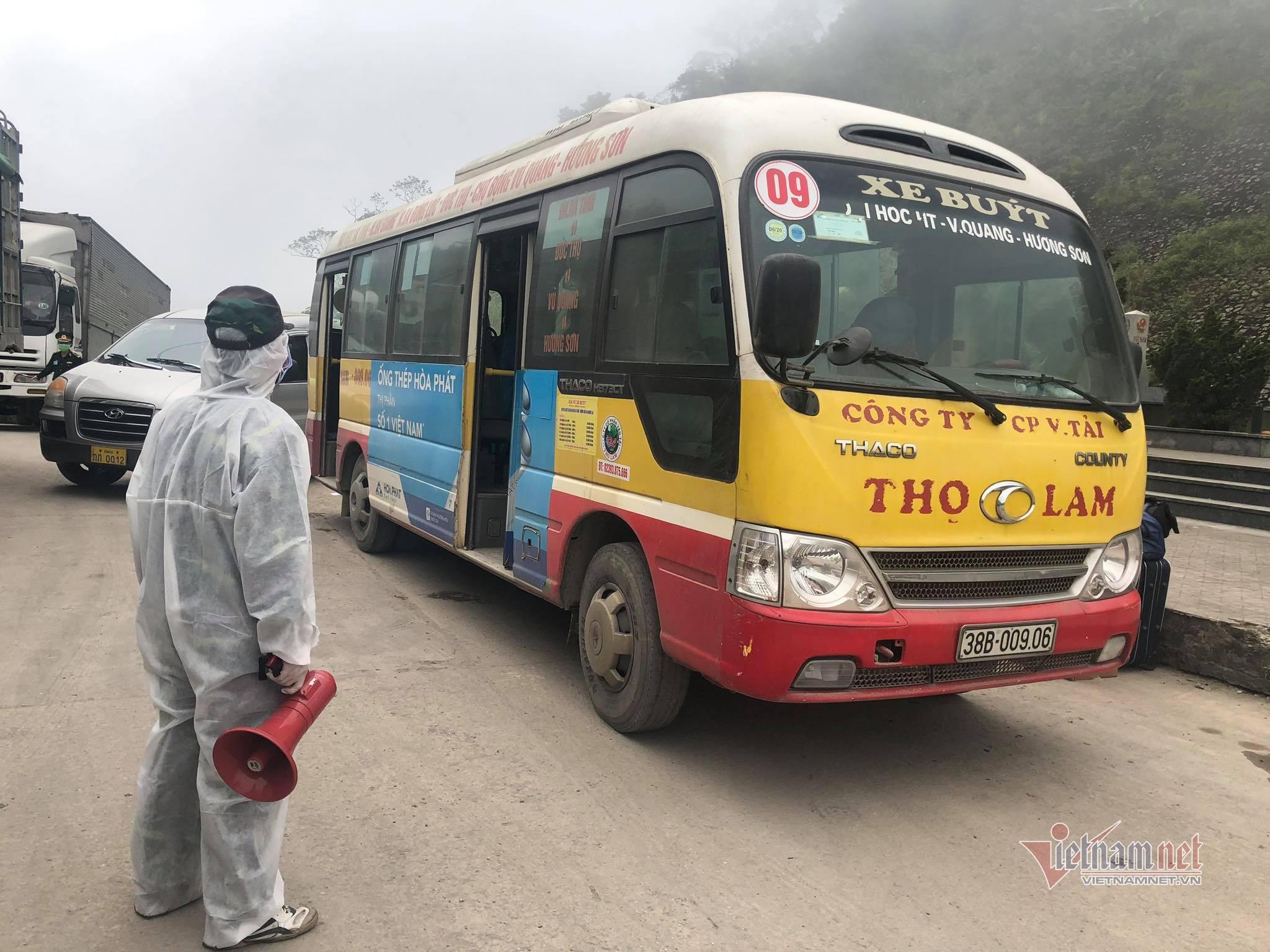 Trước giờ tạm dừng qua lại biên giới, nghìn người Việt từ Lào đổ về