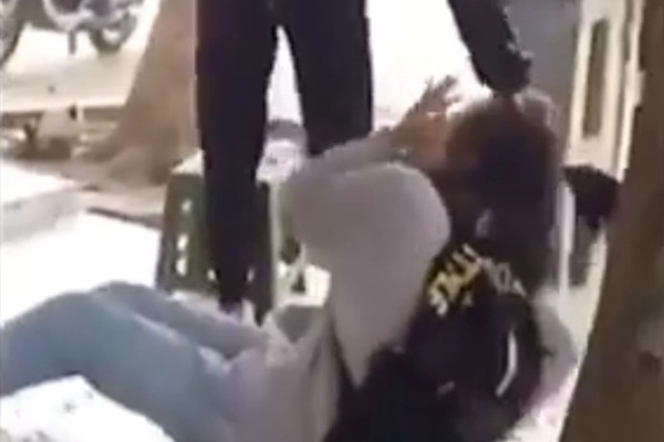 Nữ sinh lớp 12 bị đuổi học 1 năm vì đánh bạn