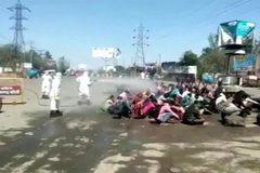 """Ấn Độ điều tra vụ lao động hồi hương bị bắt ngồi hứng """"mưa khử trùng"""""""
