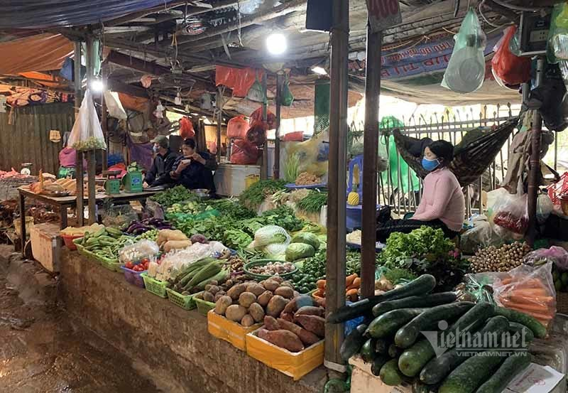 Ngày đầu cách ly, hàng la liệt ngoài chợ, chất đống trong siêu thị