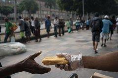 """Người nghèo Brazil chật vật lo """"cơm, áo, gạo, tiền"""" thời Covid-19"""
