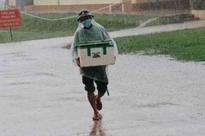 """Anh lính đội mưa, khệ nệ bê thùng xốp tiếp tế lương thực cho người dân ở khu cách ly khiến ai nấy đều """"ấm lòng"""""""