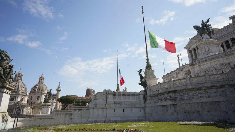 Hình ảnh mặc niệm các nạn nhân Covid-19 trên toàn Italia