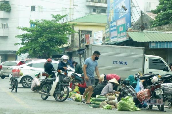 Ngày đầu cách ly xã hội, chợ vẫn đông, đường phố vắng bóng người