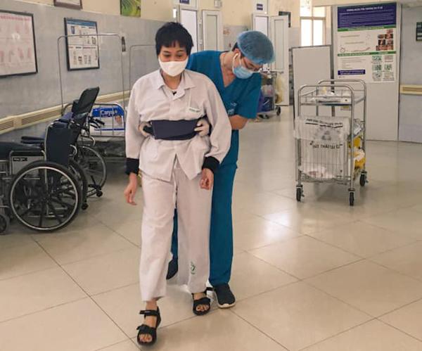 Hình ảnh xúc động bên trong bệnh viện bị phong tỏa