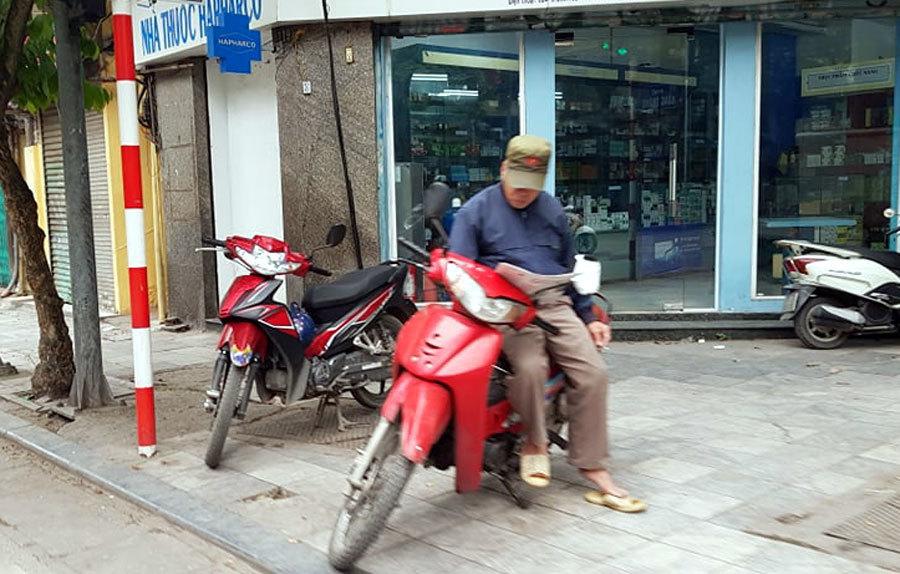 Shipper chen chúc lấy hàng, dân không khẩu trang hồn nhiên xuống phố