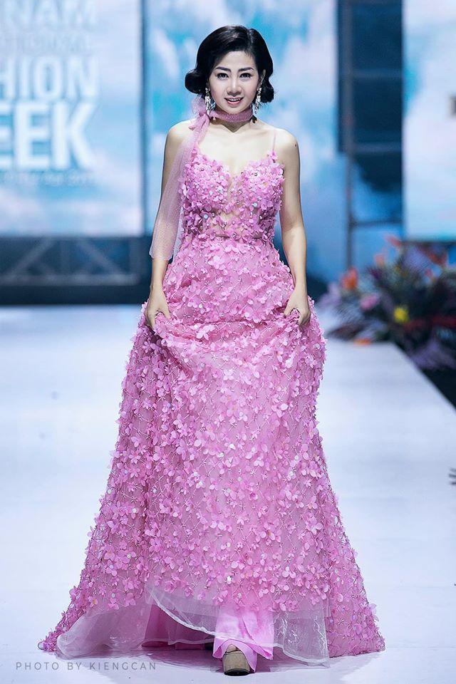 Đấu giá chiếc váy Mai Phương từng mặc gây quỹ cho con gái Lavie