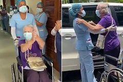 Cụ bà người Anh chiến thắng Covid-19 được cả bệnh viện vỗ tay chúc mừng