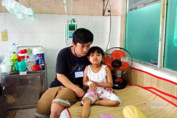Không có 40 triệu mua thuốc, bé gái ung thư buộc phải về nhà cầm cự thuốc Nam