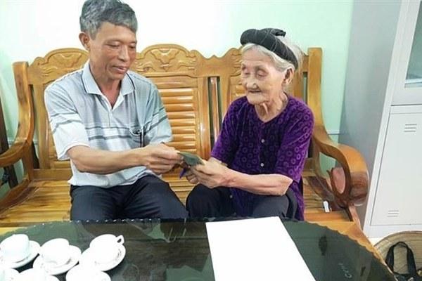 Hai cụ bà ở Thanh Hóa, Quảng Ngãi ủng hộ bông tai vàng và tiền chống dịch