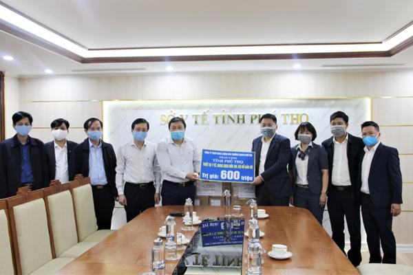 Trao tặng trang thiết bị y tế phòng chống Covid - 19