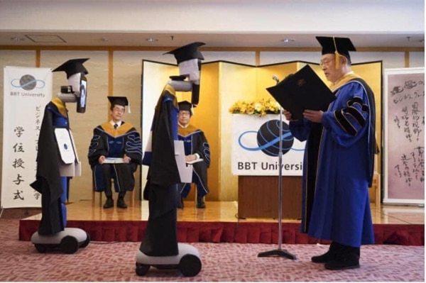 Ngồi nhà điều khiển robot nhận bằng tốt nghiệp tránh Covid-19