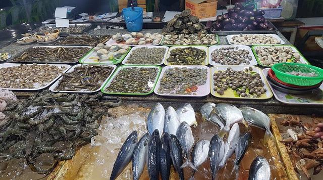 Hải sản giảm giá mạnh, có loại chỉ xuất hiện ở nhà hàng giờ bán đầy chợ