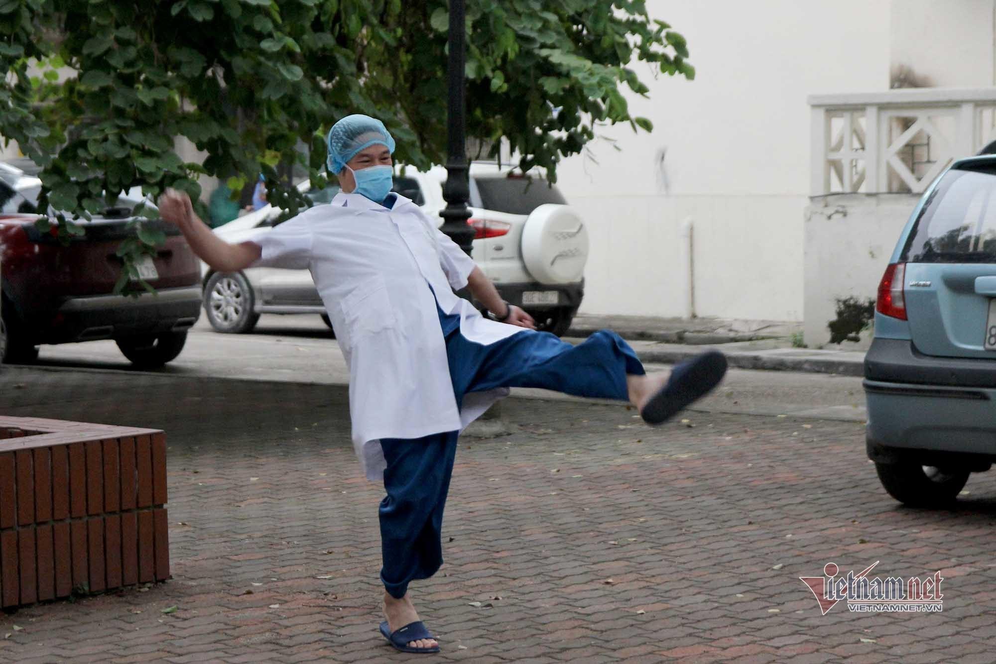 Góc 'xả' cực lạ của bác sỹ Bạch Mai mỗi buổi chiều trong khu cách ly