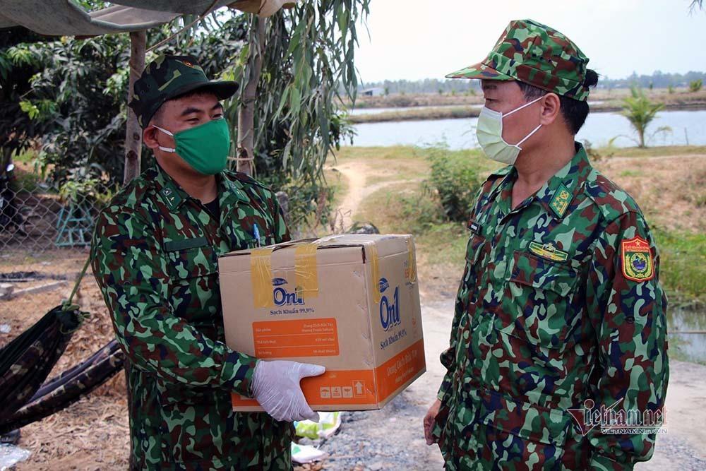 Lính biên phòng ăn mì gói, ngủ võng canh đường mòn, lối mở chống dịch