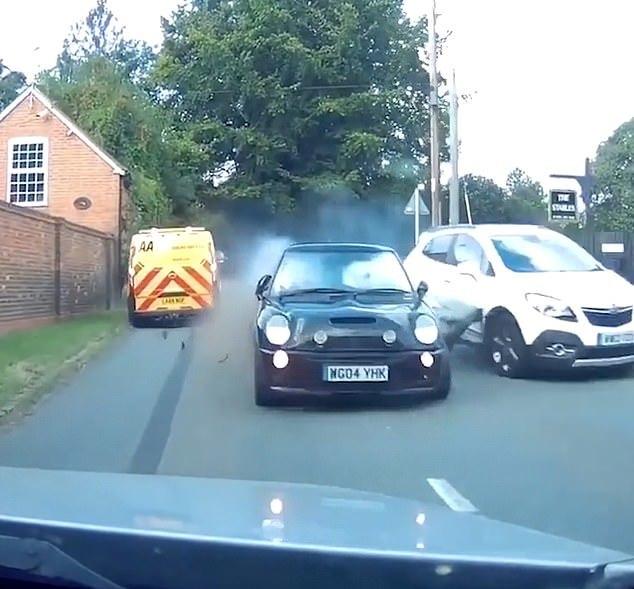Chạy trốn cảnh sát, lao xe đâm xuyên giữa 2 ô tô
