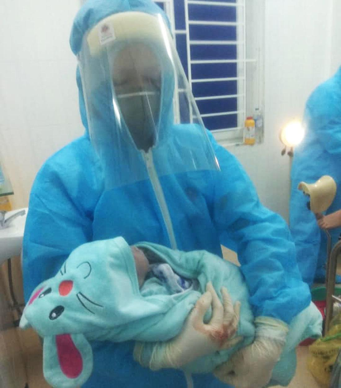 Bé trai nặng 2,8kg chào đời trong khu cách ly ở Nghệ An
