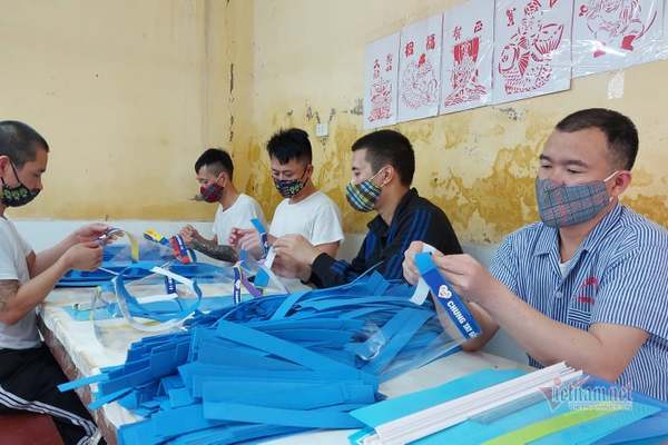 Học viên cai nghiện tặng 5.000 mũ kính bảo hộ cho các chốt chống dịch