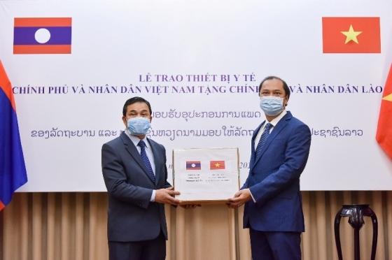 Trao thiết bị y tế hỗ trợ Lào, Campuchia