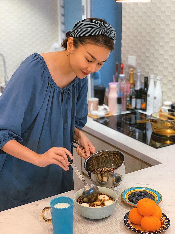 Không chỉ đẹp, bạn gái kém 17 tuổi của Chí Trung còn nấu ăn giỏi