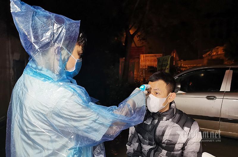 Qua chốt kiểm soát vào Hà Nội, người thân nhiệt cao được đưa đi test nhanh