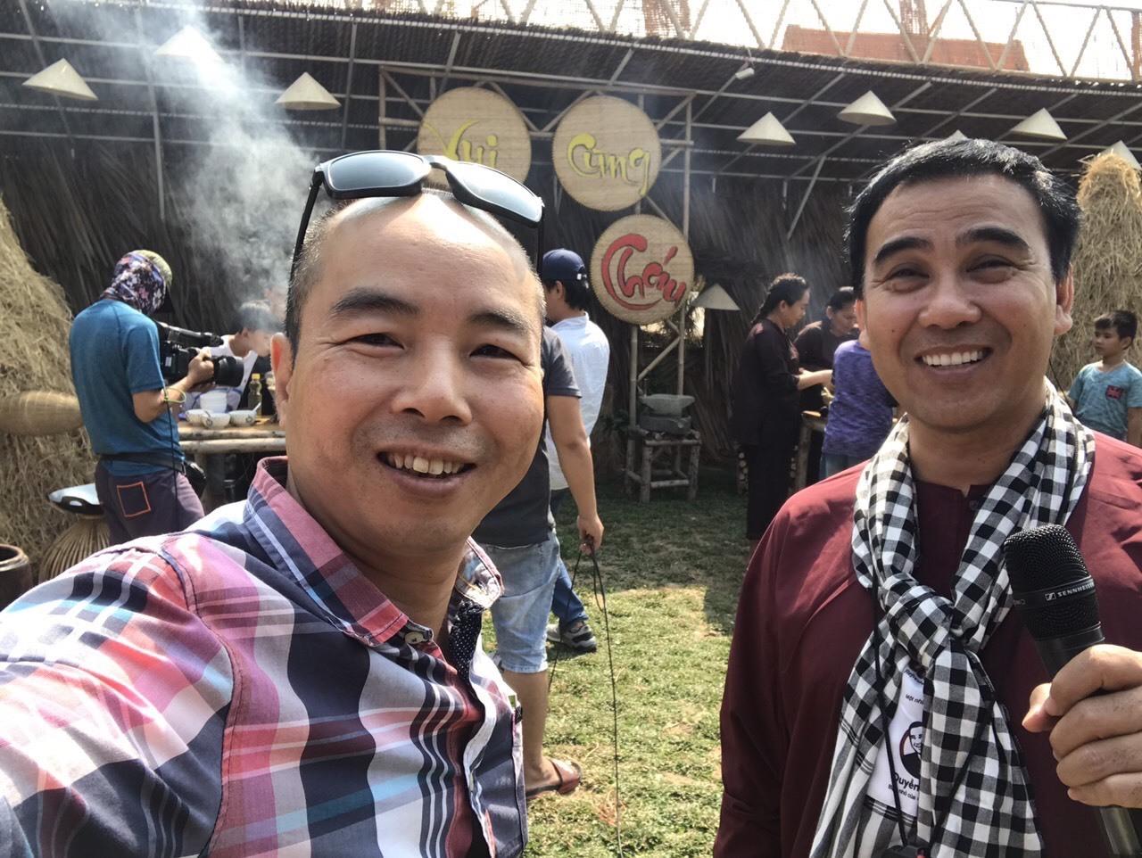 MC Quyền Linh đi dép tổ ong dẫn show thực tế mới