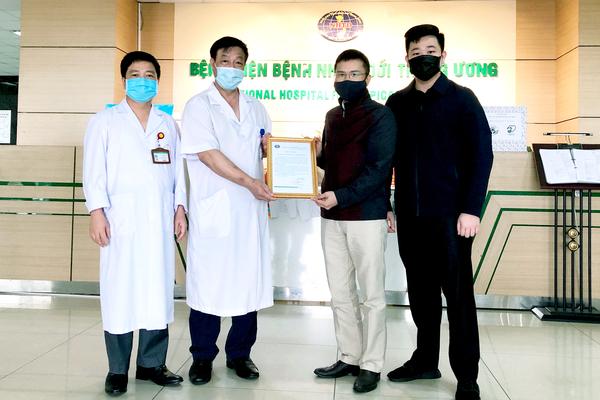 VietNamNet cùng CarPassion trao tặng 1 tỷ đồng đến BV Bệnh Nhiệt đới TƯ và BV Việt Đức