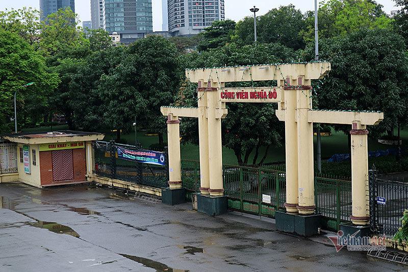 Công viên Hà Nội 'cửa đóng then cài' ngày đầu phạt vi phạm cách ly