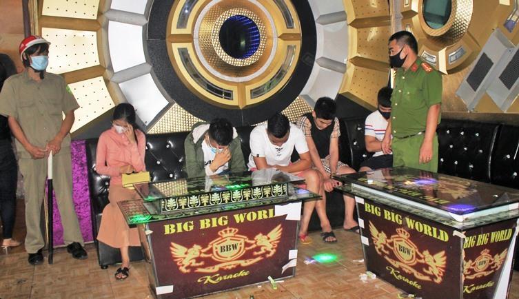 Hàng loạt nam, nữ phê ma túy ở quán karaoke giữa cao điểm dịch