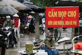 Tấp nập mua bán ngay cạnh biển cấm họp chợ ở Hà Nội ngày cách ly