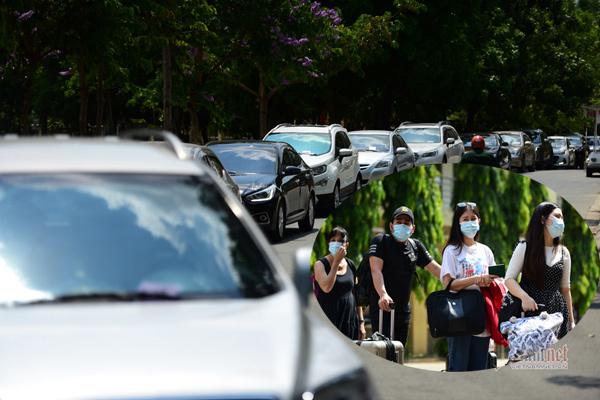 Nghìn người rời khu cách ly ở Sài Gòn, trăm ô tô nối dài chờ đón