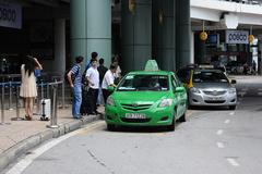 Taxi tạm dừng đón khách tại sân bay Nội Bài