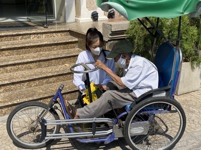Á hậu Kim Duyên ủng hộ 5 tấn gạo giúp người bán vé số